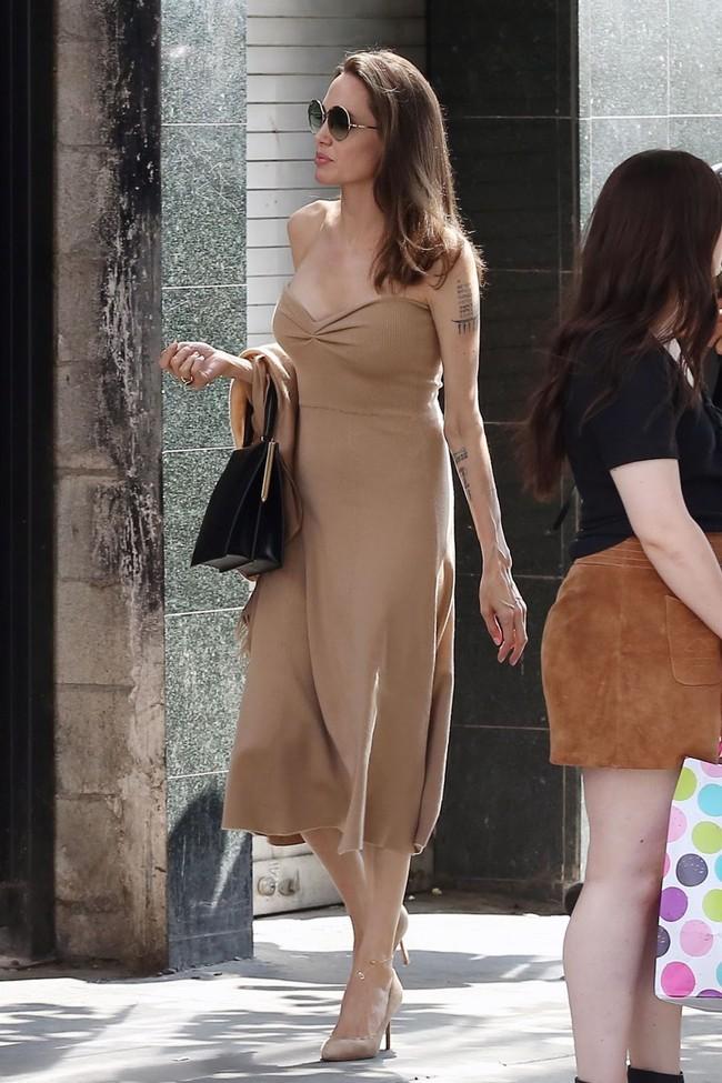 Đâu chỉ mỗi Angelina Jolie, loạt người đẹp Vbiz này cũng sáng rực cả góc phố nhờ những set đồ màu be  - Ảnh 1.