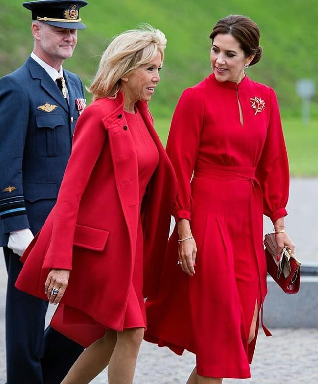 Không hẹn mà gặp, Đệ nhất Phu nhân Pháp và Công nương Đan Mạch hoá chị em hoa dâm bụt nổi nhất sự kiện  - Ảnh 1.