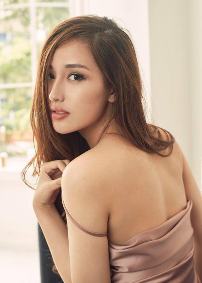 """Từ váy 2 dây cho đến áo sơmi, Mai Phương Thúy lại khiến người hâm mộ bấn loạn khi """"thả rông"""" vòng 1 - Ảnh 3."""