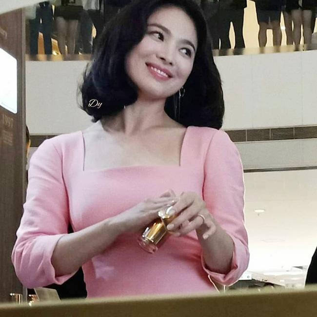 Ngược đời Song Hye Kyo dự sự kiện: Hình chính thức dìm đau đớn, ảnh fan chụp vội lại đẹp tựa nữ thần - Ảnh 3.
