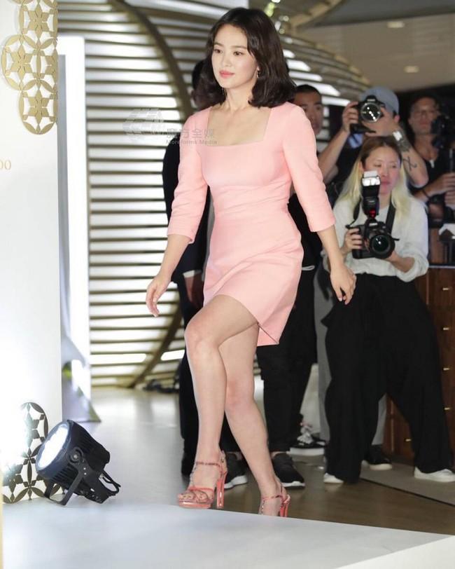 Ngược đời Song Hye Kyo dự sự kiện: Hình chính thức dìm đau đớn, ảnh fan chụp vội lại đẹp tựa nữ thần - Ảnh 10.
