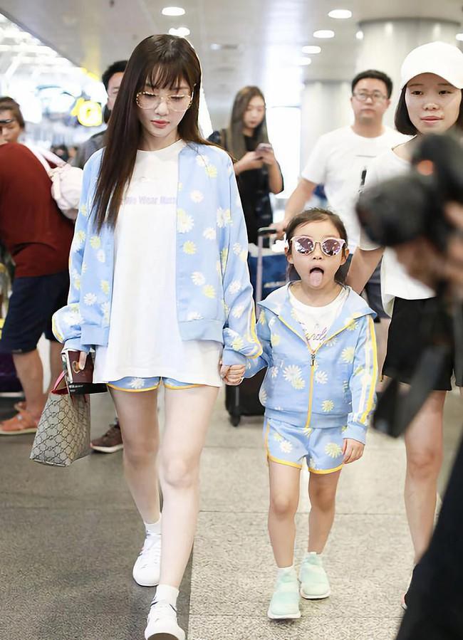 Con giá 6 tuổi nhà Lý Tiểu Lộ - Giả Nãi Lượng rất hay diện đồ đôi với mẹ - Ảnh 1.