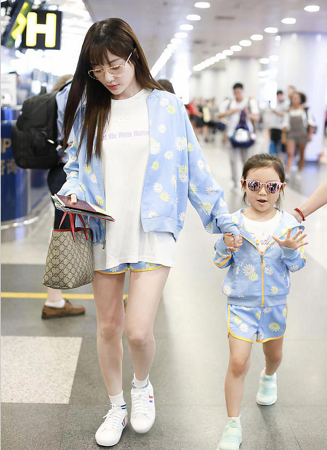 Con giá 6 tuổi nhà Lý Tiểu Lộ - Giả Nãi Lượng rất hay diện đồ đôi với mẹ - Ảnh 2.