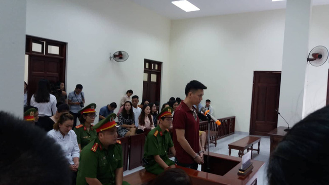 Hà Nội: Đang xét xử vụ bố đẻ và mẹ kế bạo hành bé trai 10 tuổi đến rạn sọ não gây chấn động - Ảnh 5.