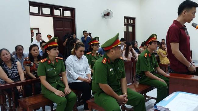 Hà Nội: Đang xét xử vụ bố đẻ và mẹ kế bạo hành bé trai 10 tuổi đến rạn sọ não gây chấn động - Ảnh 6.