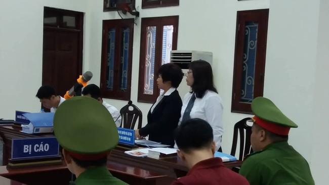 Hà Nội: Đang xét xử vụ bố đẻ và mẹ kế bạo hành bé trai 10 tuổi đến rạn sọ não gây chấn động - Ảnh 2.
