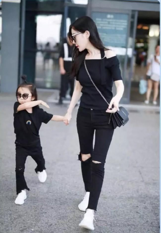 Con giá 6 tuổi nhà Lý Tiểu Lộ - Giả Nãi Lượng rất hay diện đồ đôi với mẹ - Ảnh 4.