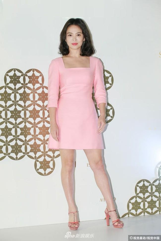 Sự thật phía sau bộ váy hồng của Song Hye Kyo sẽ khiến bạn càng ngưỡng mộ sự kín đáo và đẳng cấp của cô - Ảnh 2.