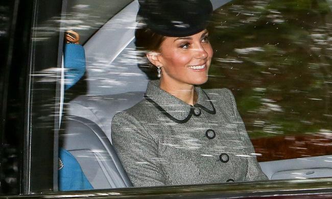 Chỉ nhờ bức ảnh chụp vội qua cửa kính xe, các fan đã nhận ra một chi tiết rất đáng kinh ngạc ở Công nương Kate - Ảnh 3.