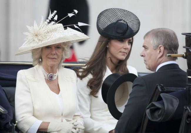 Lần đầu tiên hé lộ nguyên do bà Camilla bằng mặt nhưng không bằng lòng với con dâu Kate, từng tìm cách chia rẽ cô với William - Ảnh 2.