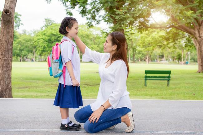 Chuyên gia an ninh cảnh báo: Việc cha mẹ nào cũng làm khi con vào năm học mới có thể khiến trẻ gặp nguy hiểm  - Ảnh 1.