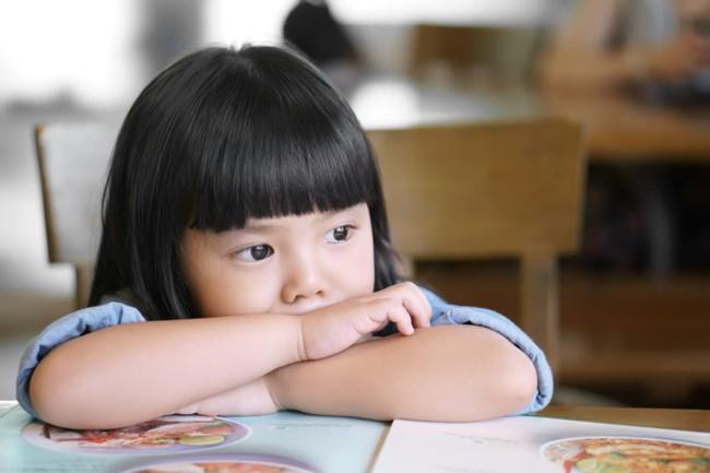 Chuyên gia an ninh cảnh báo: Việc cha mẹ nào cũng làm khi con vào năm học mới có thể khiến trẻ gặp nguy hiểm  - Ảnh 2.