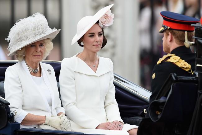 Trước ồn ào về mẫu thuẫn mẹ chồng nàng dâu, bà Camilla và Kate Middleton không ít lần mặc đồ xuyệt tông cùng nhau - Ảnh 1.