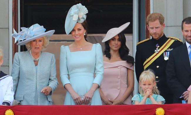 Trước ồn ào về mẫu thuẫn mẹ chồng nàng dâu, bà Camilla và Kate Middleton không ít lần mặc đồ xuyệt tông cùng nhau - Ảnh 4.