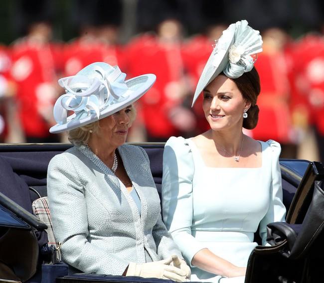 Trước ồn ào về mẫu thuẫn mẹ chồng nàng dâu, bà Camilla và Kate Middleton không ít lần mặc đồ xuyệt tông cùng nhau - Ảnh 5.