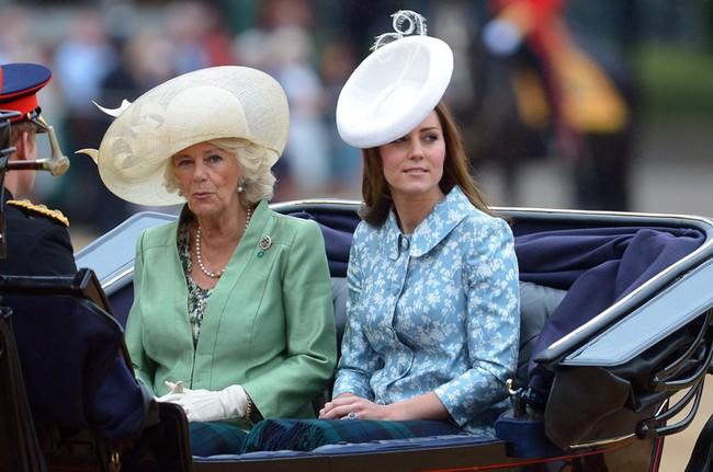 Trước ồn ào về mẫu thuẫn mẹ chồng nàng dâu, bà Camilla và Kate Middleton không ít lần mặc đồ xuyệt tông cùng nhau - Ảnh 8.