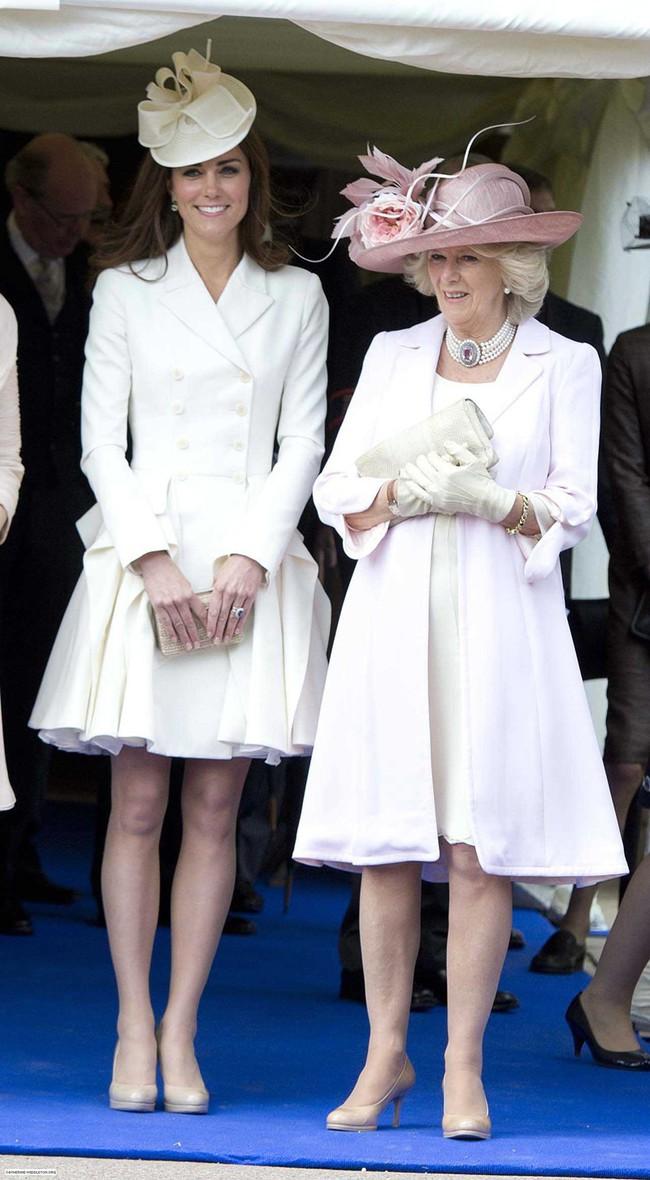 Trước ồn ào về mẫu thuẫn mẹ chồng nàng dâu, bà Camilla và Kate Middleton không ít lần mặc đồ xuyệt tông cùng nhau - Ảnh 3.
