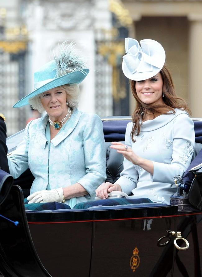 Trước ồn ào về mẫu thuẫn mẹ chồng nàng dâu, bà Camilla và Kate Middleton không ít lần mặc đồ xuyệt tông cùng nhau - Ảnh 6.