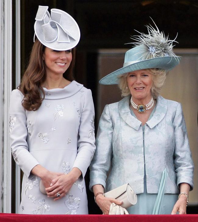 Trước ồn ào về mẫu thuẫn mẹ chồng nàng dâu, bà Camilla và Kate Middleton không ít lần mặc đồ xuyệt tông cùng nhau - Ảnh 7.