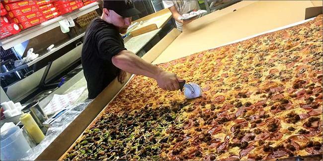 Chiếc pizza giao hàng tận nơi giá 7 triệu đồng, phải 70 người ăn mới hết  - Ảnh 4.