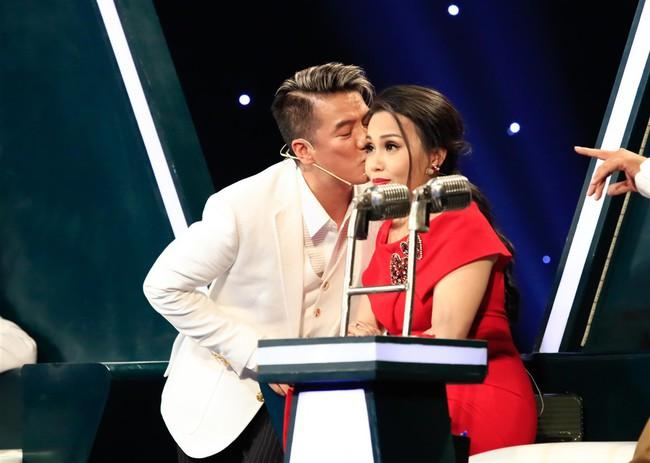 Đàm Vĩnh Hưng cưỡng hôn vợ chồng Cẩm Ly - Minh Vy ngay trên sóng truyền hình - Ảnh 2.