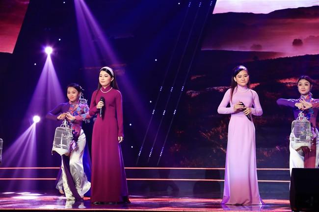 Đàm Vĩnh Hưng cưỡng hôn vợ chồng Cẩm Ly - Minh Vy ngay trên sóng truyền hình - Ảnh 5.