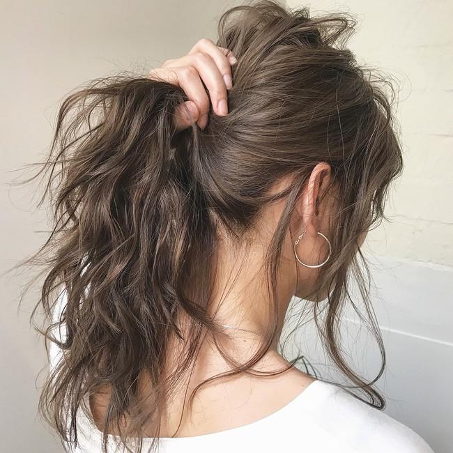 Dưỡng rất cẩn thận mà tóc cứ mãi khô xơ, chẻ ngọn lại còn rụng cả búi, chắc chắn là do 5 thói quen này của bạn - Ảnh 2.