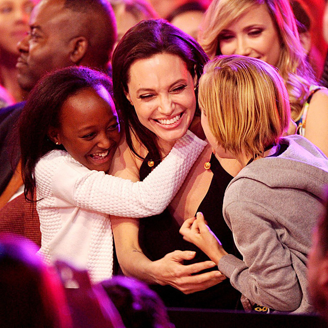 Angelina Jolie khủng hoảng tâm lý, cầu xin các con chọn mình thay vì Brad Pitt - Ảnh 2.
