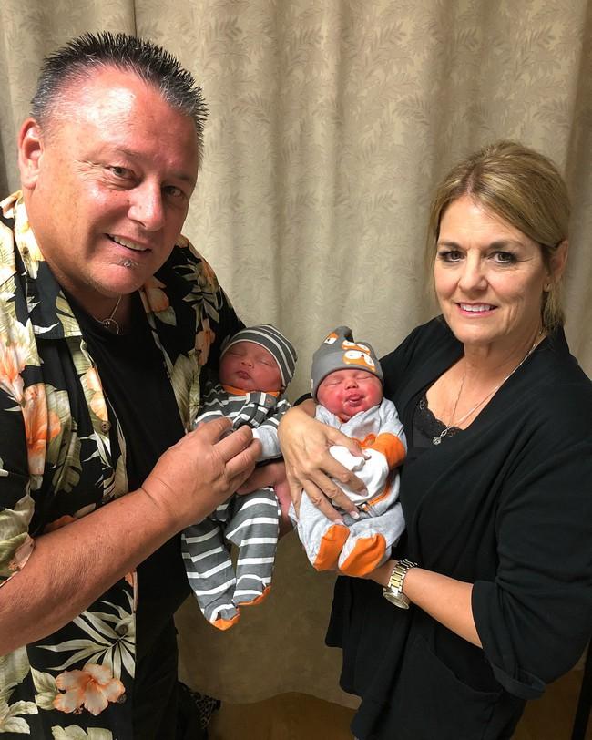 Hai chị em sinh đôi mang bầu rồi sinh con cùng 1 ngày tại cùng 1 bệnh viện, nhìn khuôn mặt 2 đứa trẻ mọi người lại càng ngạc nhiên - Ảnh 9.