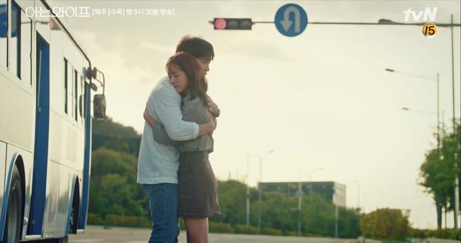 Chỉ vì muốn nói yêu Han Ji Min, Ji Sung suýt gây tai nạn giao thông nghiêm trọng - Ảnh 15.