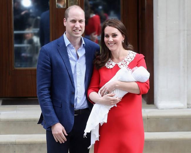 Công nương Kate đáp trả mẹ chồng Camilla bằng việc cấm cửa bà đến gần Hoàng tử Louis mới sinh, hạn chế thăm các cháu, khiến bà giận tím mặt - Ảnh 2.