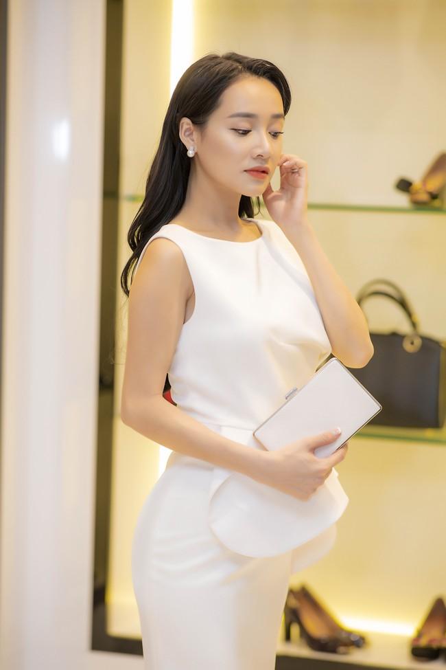 Nhã Phương lại gây chú ý khi diện đầm xòe và lấy túi xách che vòng 2 trước ngày cưới  - Ảnh 4.