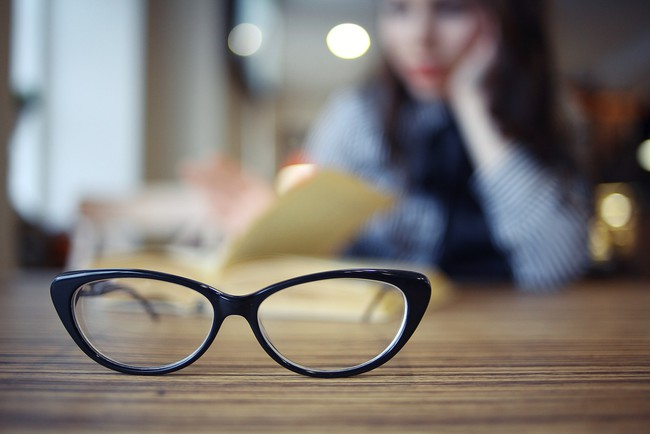 5 thói quen tưởng đơn giản nhưng giúp giảm bớt nếp nhăn dưới mắt cực hiệu quả - Ảnh 1.