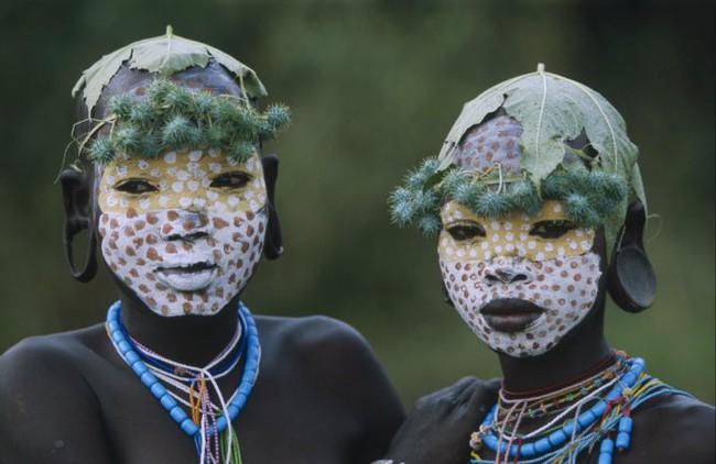 Có một nơi trên thế giới, phụ nữ chẳng cần đến đồ trang sức vẫn đẹp tự nhiên và rực rỡ không giống ai như thế này! - Ảnh 13.