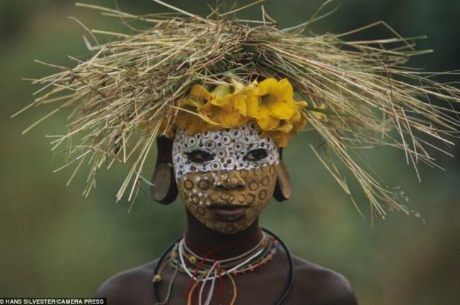 Có một nơi trên thế giới, phụ nữ chẳng cần đến đồ trang sức vẫn đẹp tự nhiên và rực rỡ không giống ai như thế này! - Ảnh 2.