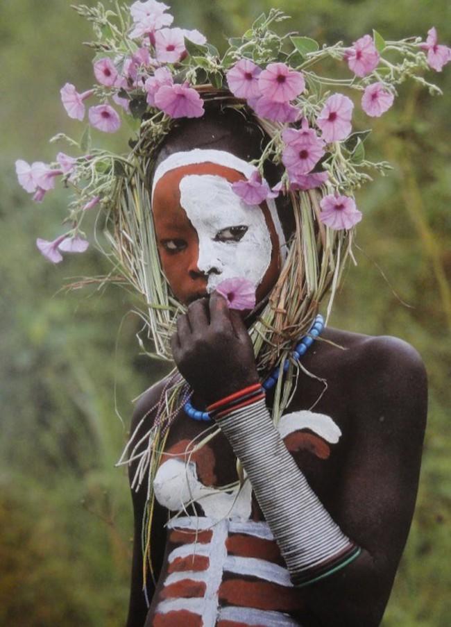 Có một nơi trên thế giới, phụ nữ chẳng cần đến đồ trang sức vẫn đẹp tự nhiên và rực rỡ không giống ai như thế này! - Ảnh 3.