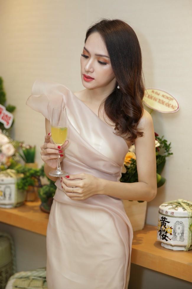 Phớt lờ tin đồn rạn nứt hôn nhân, Phạm Quỳnh Anh xuất hiện tươi tắn bên Hương Giang  - Ảnh 4.