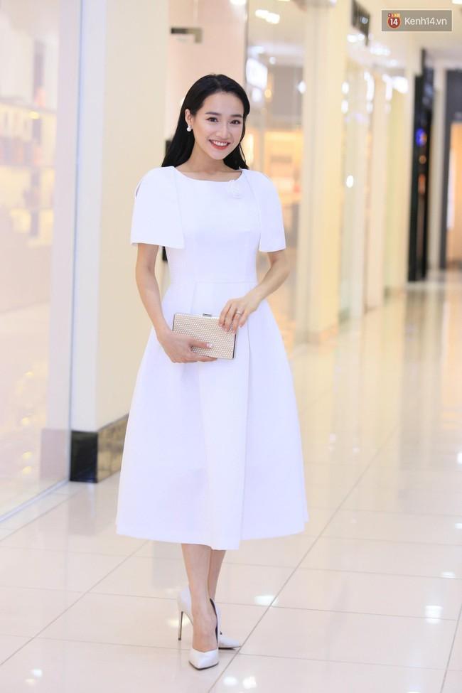 Nhã Phương chọn váy tinh khôi, trang điểm dịu dàng nhưng lại lộ khuyết điểm khiến ai thấy cũng quan ngại - Ảnh 1.