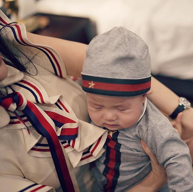 Đẳng cấp như nhóc Sữa nhà Huyền Baby, từ lúc mới sinh cho đến giờ tủ đồ chưa bao giờ ngớt hàng hiệu  - Ảnh 9.