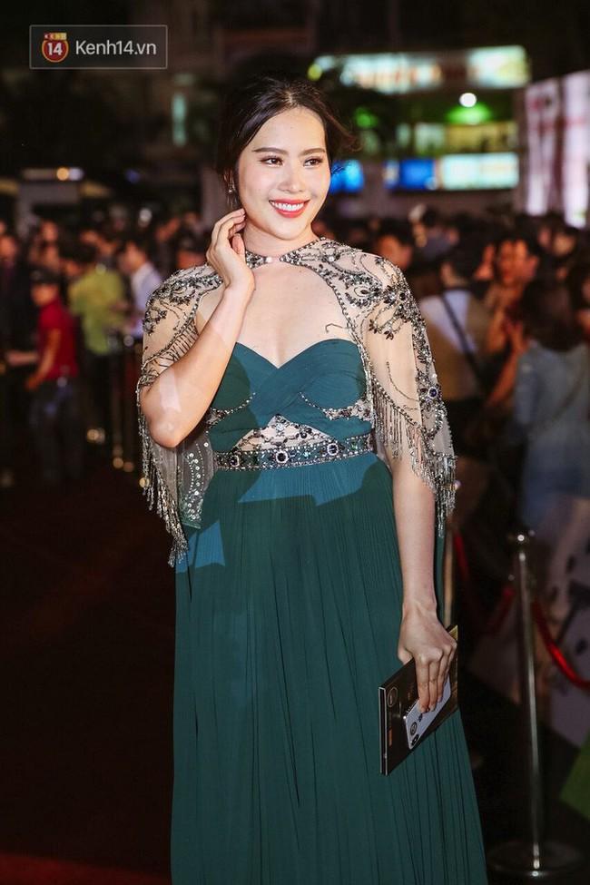 Một chiếc váy 2 sắc thái: Hương Giang tỏa sáng đúng kiểu hoa hậu, Nam Em lại như mệnh phụ phu nhân - Ảnh 1.