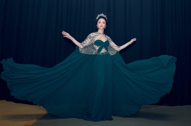 Một chiếc váy 2 sắc thái: Hương Giang tỏa sáng đúng kiểu hoa hậu, Nam Em lại như mệnh phụ phu nhân - Ảnh 3.