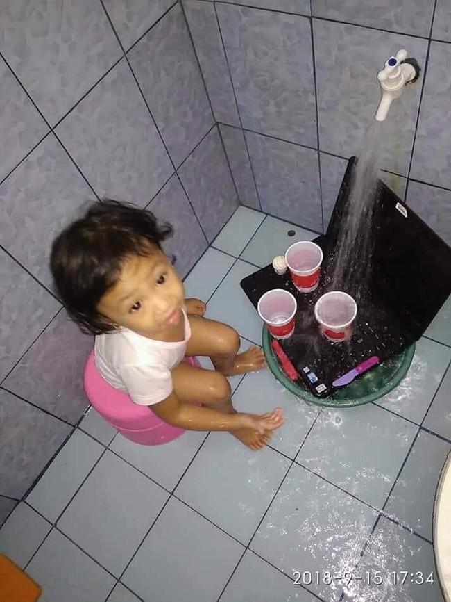 Đem laptop ra chơi đồ hàng còn hăng hái đi rửa, cô bé này khiến bố mẹ không biết khóc hay cười  - Ảnh 2.