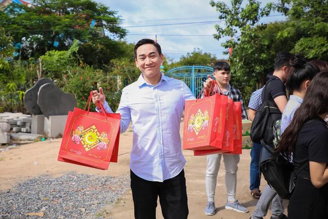 Không ồn ào, Hứa Vĩ Văn và fan nấu ăn, tặng bánh Trung thu cho trẻ em nghèo - Ảnh 2.