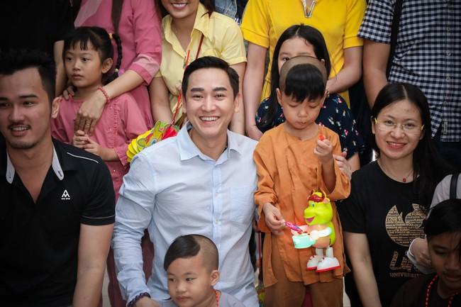 Không ồn ào, Hứa Vĩ Văn và fan nấu ăn, tặng bánh Trung thu cho trẻ em nghèo - Ảnh 3.