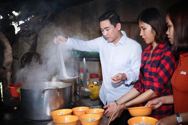 Không ồn ào, Hứa Vĩ Văn và fan nấu ăn, tặng bánh Trung thu cho trẻ em nghèo - Ảnh 5.