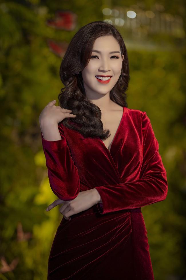 Phí Thùy Linh được chồng doanh nhân điển trai như tài tử hộ tống đi sự kiện - Ảnh 1.