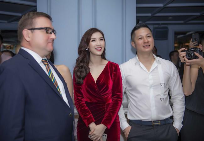 Phí Thùy Linh được chồng doanh nhân điển trai như tài tử hộ tống đi sự kiện - Ảnh 6.