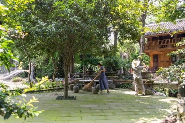 Cuộc sống ngỡ như là mơ của gia đình sống trong ngôi nhà gỗ 400m² bên khu rừng rộng 30 mẫu sau khi quyết tâm rời bỏ thành phố - Ảnh 2.