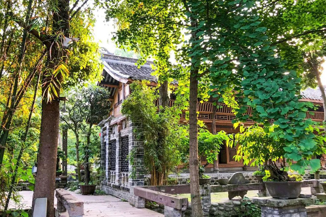 Cuộc sống ngỡ như là mơ của gia đình sống trong ngôi nhà gỗ 400m² bên khu rừng rộng 30 mẫu sau khi quyết tâm rời bỏ thành phố - Ảnh 1.