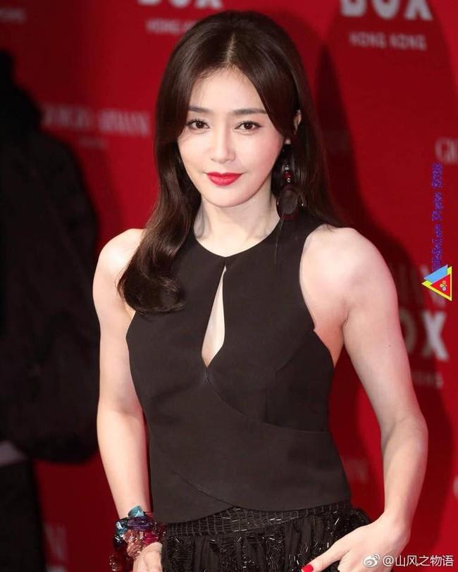 Tấm gương đảm đang phải như Tần Lam: Đã xinh đẹp lại chăm khâu vá trang phục cho bớt sexy - Ảnh 1.
